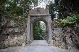 Trước cổng động Hương Tích
