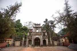 Trước cổng chùa Hương
